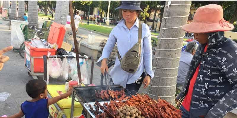 Fleischspiesse werden in Kambodscha am Straßenrand verkauft.