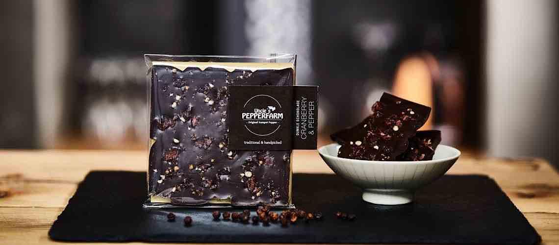 Dunkle handgeschoepfte Schokolade
