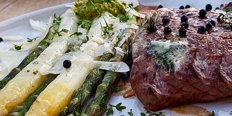 Rinderfilet mit Spargel und fermentierten Pfeffer