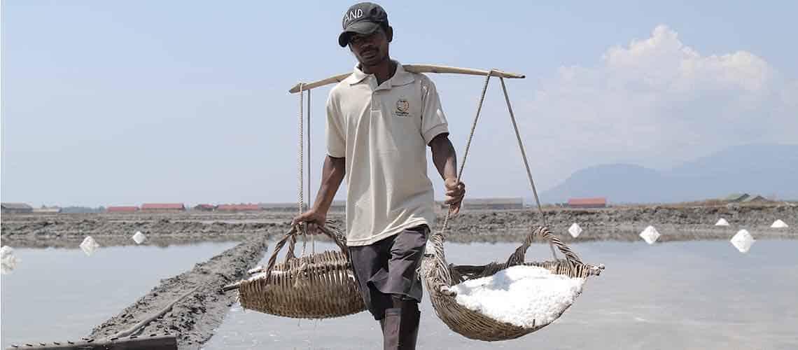 Meersalzbauer in Kambodscha
