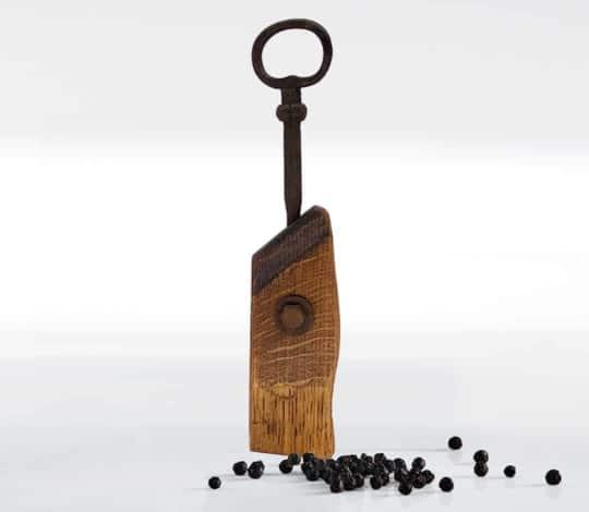Pfeffermuehle aus Holz mit geschmiedeter Kurbel